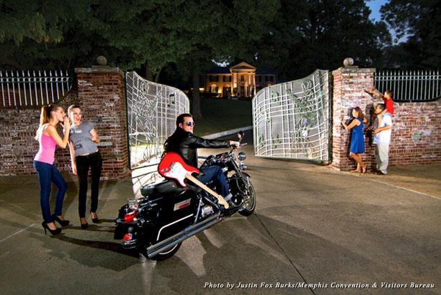 Fans flock to the famous Graceland gates