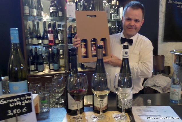 Sommelier Frank Schulte leads a tasting at the Heidelberg Castle Gastronomie