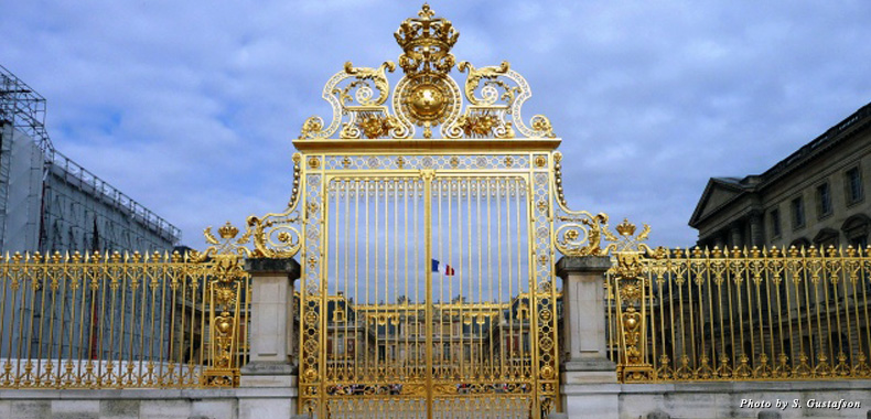 The golden main gate at Versailles is closed to the aristocratic ways of the 18th century, but the side entrances welcome you inside this marvelous estate