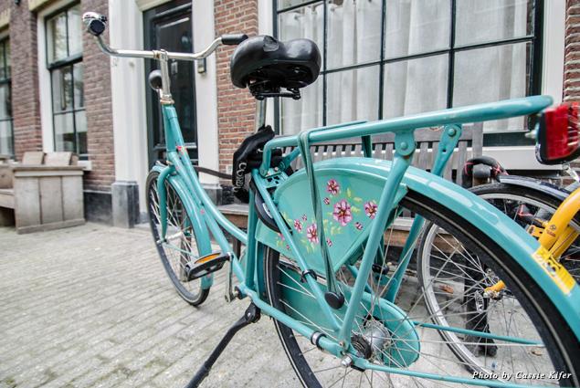 Teal bike parked in Jordaan