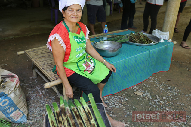 A woman in the Huai Raeng community demonstrates how to make a traditional Thai dessert wrapped in palm leaves